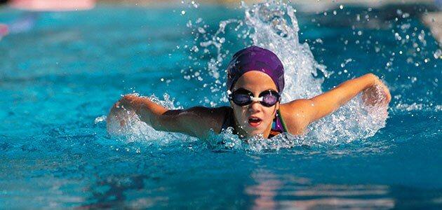 nina-nadando-piscina-p